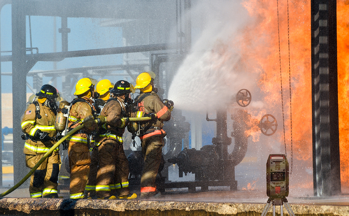 Firefighters at industrial fire with G7 EXO area monitor-1