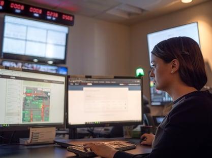 Blackline-Safety-SOC-call-center-agent-left-side-Dominion-Bridge