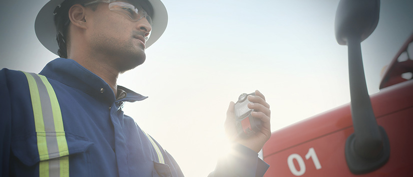 Worker standing beside truck with Blackline Safety G7 gas detector 825x355 banner