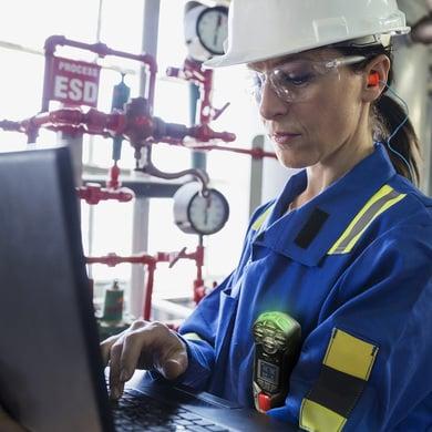 female G7 gas detector worker