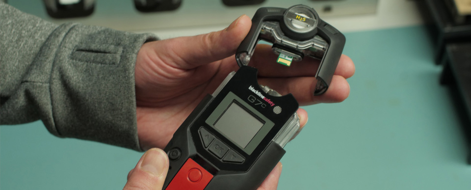 Installing a gas monitoring cartridge onto a Blackline Safety G7